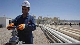 Karkerekî Kurd li qada neftê ya li Tawke xuya dibe