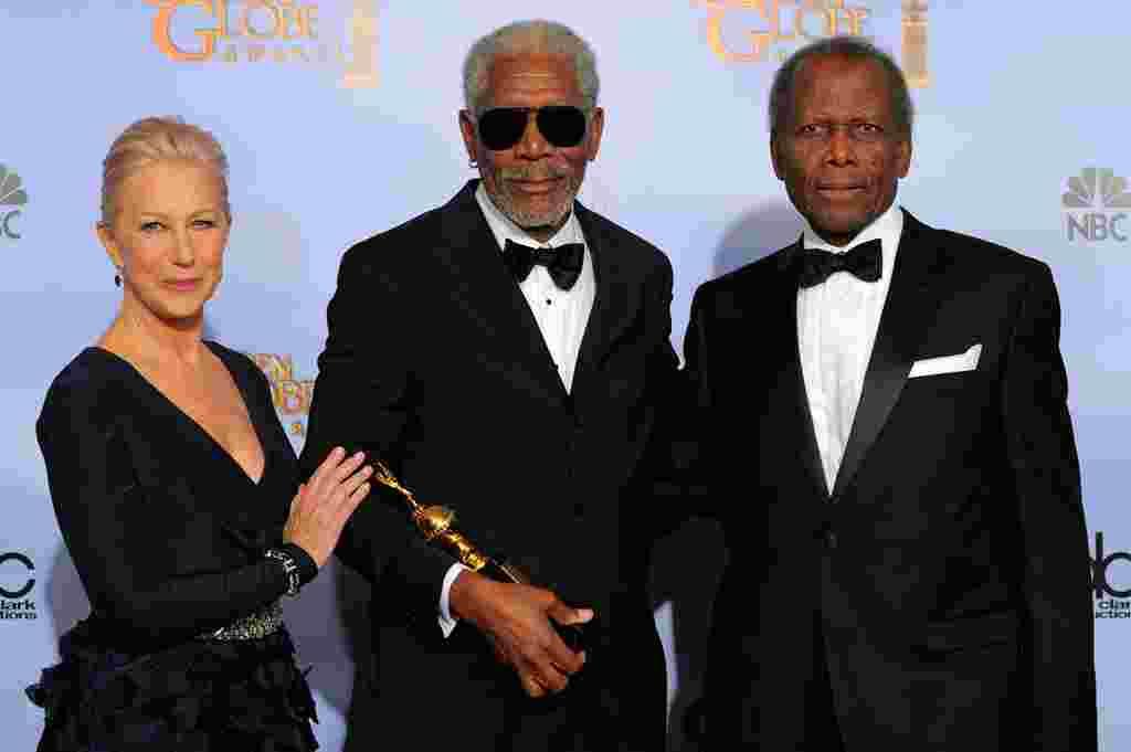 Aktor Morgan Freeman (tengah) berpose di balik panggung setelah menerima penghargaan Pencapaian Seumur Hidup, Cecil B. Demille Award, dengan Helen Mirren (kiri) dan Sidney Poitier (kanan) (AP).