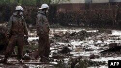 Nhân viên cứu hỏa Hungary xem xét một sân ngập bùn thải độc hại tại làng Kolontar, ngày 7/10/2010