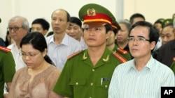 Luật sư Lê Quốc Quân (phải) ra tòa hôm 2 tháng 10, 2013