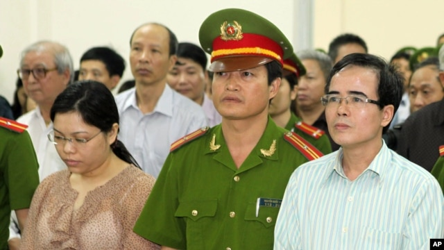 A U.S-trained lawyer and well-known dissident Le Quoc Quan (r) listens to the judge during his trial in Hanoi, Vietnam, Oct. 2, 2013.