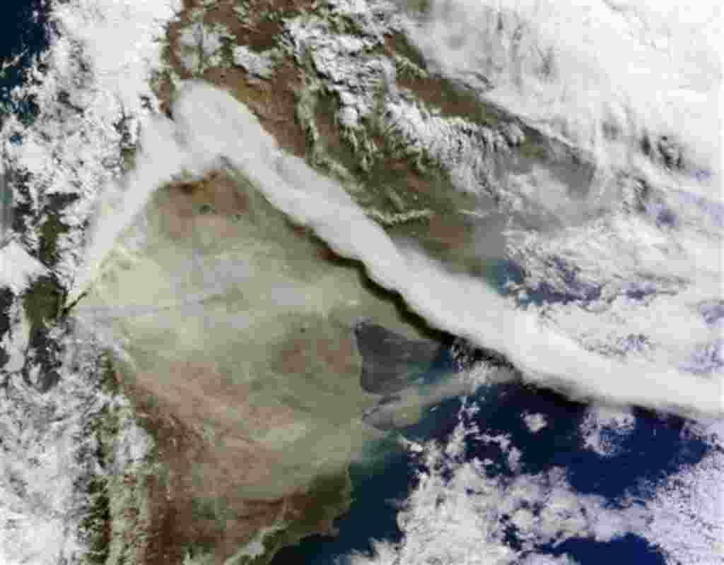 Esta imagen de satélite en color natural proporcionada por la NASA fue tomada a bordo del satélite Terra en la mañana del 6 de junio de 2011, tras la erupción del Puyehue-Cordón Caulle en Chile. En la imagen, la pluma de cenizas del volcán es visible con