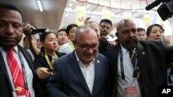 布亚新几内亚总理奥尼尔在APEC结束后受到记者追问(美联社)