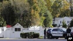 Polisi berjaga di depan rumah milik Mantan Menlu Amerika Hillary Clinton di New York, Rabu (24/10).
