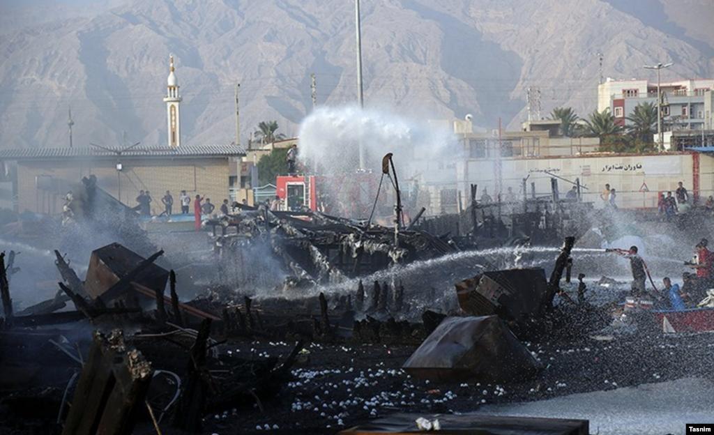 مهار آتش سوزی اسکله کنگان - بوشهر عکس: مهدی مهران نژاد