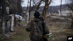 Phiến quân thân Nga tuần tra dọc theo vị trí ở tuyến đầu tại làng Luhasnk, miền đông Ukraine.