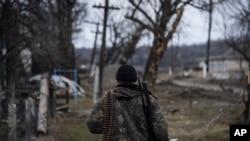 一名亲俄罗斯的分离分子在乌克兰东部巡逻