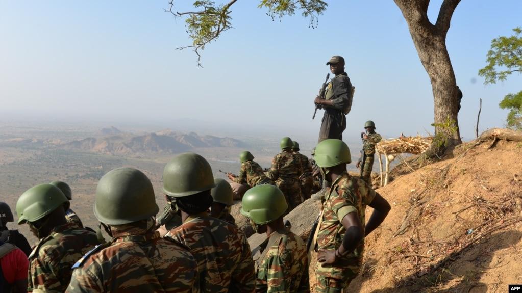 Les forces de l'armée camerounaise patrouillent le près du village de Mabass, au nord du Cameroun, 16 février 2015.