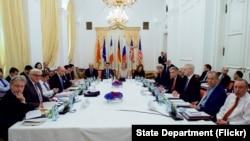 Menteri Luar Negeri AS John Kerry bertemu dengan para anggota kelompok P5+1 di tengah negosiasi nuklir Iran di Wina, Austria (7/7).