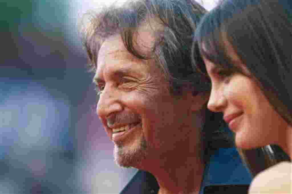 Al Pacino llega con su novia Lucila Sola para la proyección de la película Wilde Salomé en la edición 68 del Festival de Cine de Venecia en Italia.