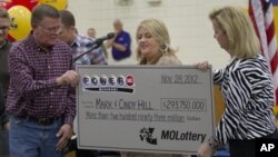 Ông Mark (trái) và bà Cindy (giữa) Hill nhận tấm séc trị giá hơn 293 triệu đô tại Dearborn, Missouri, 30/11/2012