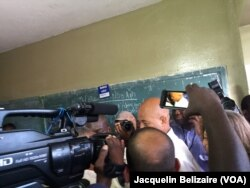 Prezidan Michel Martelly ki rive nan biwo'd vote pou'l vote, 25 Oktob 2015. (Photo: Jacquelin Belizaire / VOA)