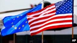 美國和歐盟的旗幟。