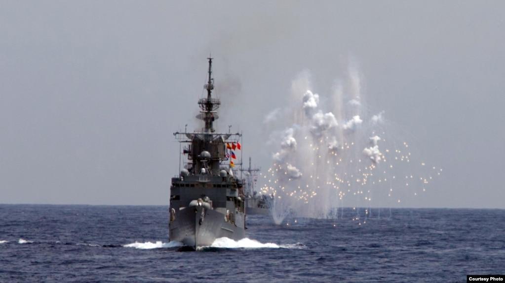 台湾海空联合操演,海军舰船模拟导弹来袭,发射干扰弹,产生大面积干扰云。(2019年5月22日)(photo:VOA)