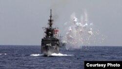 2019年5月22日台湾海空联合操演,海军舰船模拟导弹来袭,发射干扰弹,产生大面积干扰云。