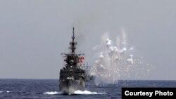 2019年5月22日台灣海空聯合操演,海軍艦船模擬導彈來襲,發射干擾彈,產生大面積干擾雲。