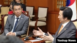 윤병세 한국 외교장관(오른쪽)이 29일 오후 서울 외교부 청사에서 첸드 뭉흐어르길 몽골 외교장관과 환담하고 있다.