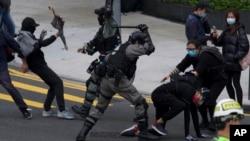 Polisi dan demonstran terlibat bentrokan dalam aksi unjuk rasa besar di Hong Kong hari Minggu (19/1).