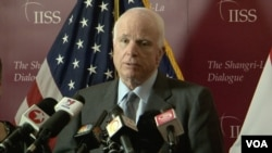 Le sénateur John McCain, qui avait été fait prisonnier durant la guerre du Vietnam, puis torturé (VOA)