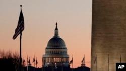 Gedung Capitol di Washington. DPR AS diperkirakan akan melakukan pemungutan suara mengenai resolusi yang menyerukan untuk mencopot Trump dari jabatannya. (Foto: AP)