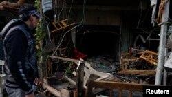 Hiện trường sau một vụ đánh bom tại một quán cà phê ở quận al-Bayaa, ngày 21/11/2013.