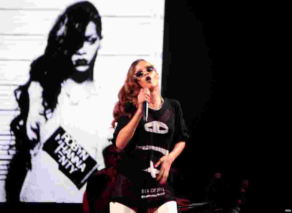 La escenografía, las luces y el vestuario fueron un espectáculo aparte durante la presentación de la gira mundial de Rihanna en Washington.