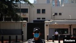 一名中國警察在前美國駐成都總領館大門外執勤。(2020年7月27日)