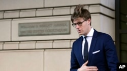 Luật sư Alex Van der Zwaan rời tòa án liên bang ở thủ đô Washington, ngày 20/2/18.