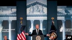 川普总统在共和党议员在西维吉尼亚州格林布赖尔度假地举行的会议上发表讲话。坐在他左右的分布为参议院多数党领袖麦康奈尔和众议院议长瑞安。(2018年2月1日)