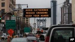 U Njujorku su sredinom marta postavljeni znakovi upozorenja građanima da preduzimaju mjere zaštite od koronavirusa.