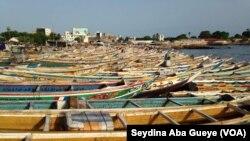 Les pirogues à quai à Soumbédioune, Sénégal, 16 septembre 2017. (VOA/Seydina Aba Gueye)