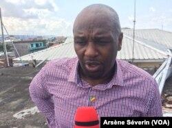 Joe W. Ebina dénonce la sentence prononcée contre le général Mokoko, Brazzaville, le 12 mai 2018. (VOA/Arsène Séverin)