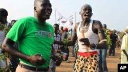 Wakazi wa Sudan kusini wakisheherekea uhuru wa taifa lao mjini Juba, Julai 9, 2011