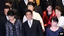 아베 신조 일본 총리(가운데)가 3일 개각을 단행한 후 각료들과 기념사진 촬영을 하고 있다.