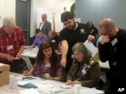 19일 미국 버지니아주 뉴포트뉴스 선거구의 선거관리위원들이 하원의원 선거 결과를 재검표하고 있다.