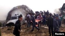 Nhân viên cứu hộ tìm kiếm người sống sót tại hiện trường nơi máy bay lâm nạn