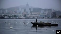 지난 6월 북한 원산 앞바다에서 어부가 고기를 잡고 있다. (자료사진)