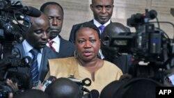 Fatou Bensouda, Procureur de la CPI, s'adresse à la presse à Abidjan (28 juin 2011)