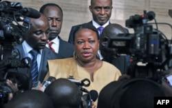 Fatou Bensouda (au c.) s'adresse à la presse à Abidjan (28 juin 2011)