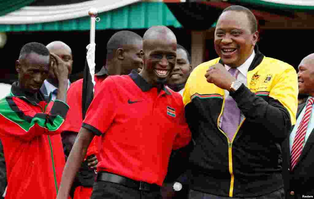Le président kényan Uhuru Kenyatta, à droite, parle au capitaine de l'équipe olympique Wesley Korir à Nairobi, Kenya, le 22 juillet 2016.