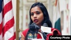 Nhà ngoại giao Devyani Khobragade trong một bức ảnh trên tài khoản Twitter của bà