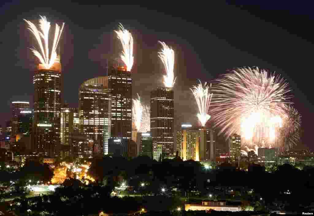 2012年12月31日,澳大利亚悉尼在举行新年庆祝活动之前,在高层建筑物的屋顶上空燃放烟花