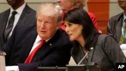 川普總統9月18日在聯合國大會與美國駐聯合國大使黑利。
