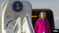 La secretaria de Estado, Hillary Clinton, al arribar a Naypyidaw, la capital de Myanmar.