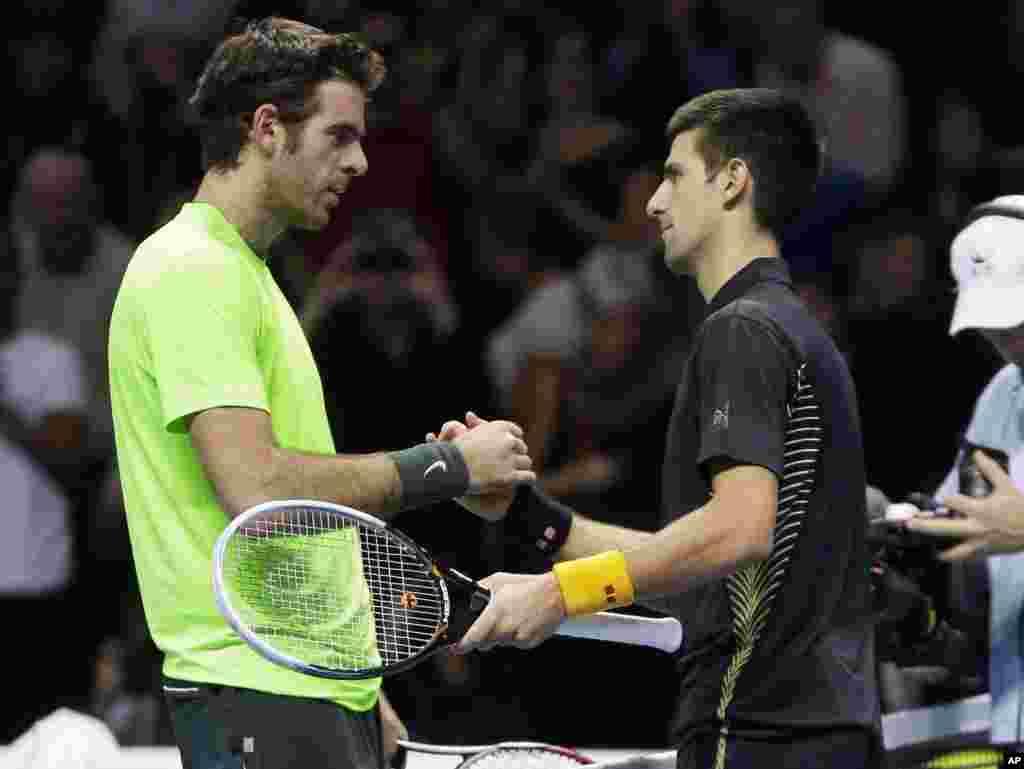 Pozdrav Đokovića i Del Potra na mreži posle polufinala (AP Photo/Alastair Grant)