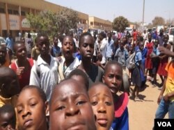 Students protest in support of teachers, who have been on strike since Monday, in Lilongwe, Malawi, Sept. 14, 2016. (L. Masina/VOA)