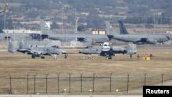 터키 인지를릭 기지에 배치된 A-10 '썬더볼트'(앞쪽) 전투기 등 미군 장비들. (자료사진)