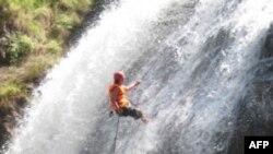 Huấn luyện viên Ngô Anh Tuấn đang leo thác nước ở Đà Lạt, Việt Nam