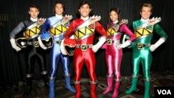 Yoshi Sudarso, pria asal Indonesia, yang memerankan tokoh dalam serial TV Power Rangers berwarna biru - kedua dari kiri (foto: courtesy).