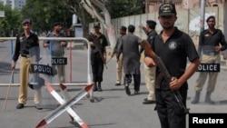 Polisi menjaga ketat sebuah pos penjagaan di dekat gedung Mahkamah Agung di Karachi, Pakistan (Foto: dok).